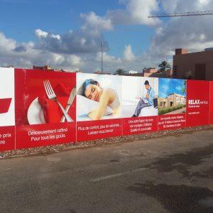 habillage-publicitaire-palissade-chantier-tole-galvanisee-signaletique-impression-numérique-vinyle-adhesif-typoedit-maroc-rabat-marrakech